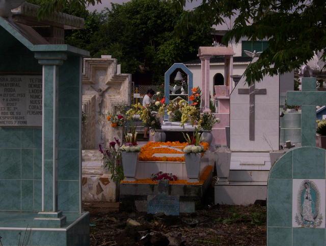 """Decorated tomb for """"día de muertos"""""""