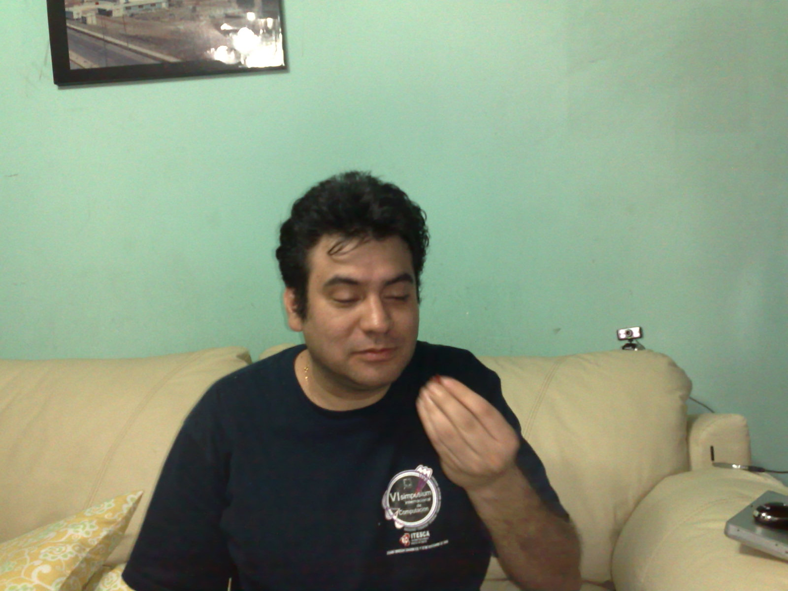 Sandino ponders a chile de árbol