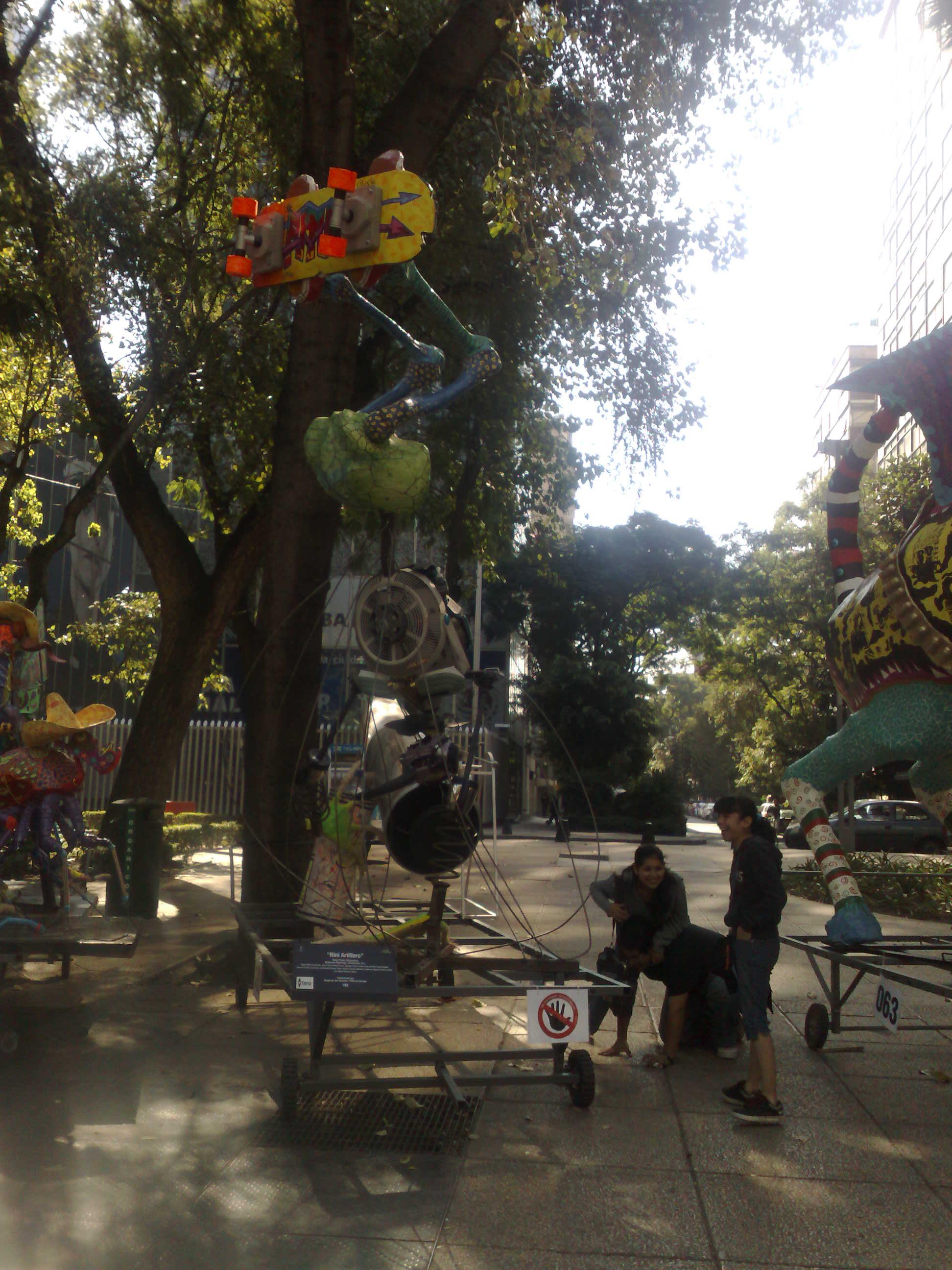 Macro-alebrijes in Reforma (2010-10-24)